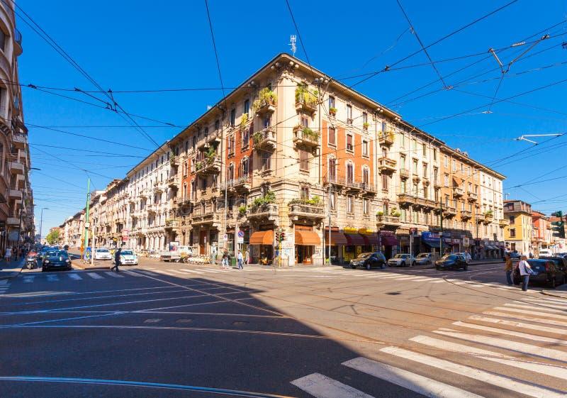 MILAN ITALIEN - September 06, 2016: Folket är rörande på övergångsstället på gataavenyn Buenos Aires Corso Buenos Aires arkivbilder