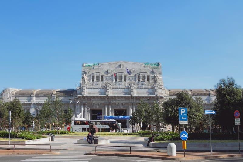 Milan Italien - September 26, 2018: Fyrkant och centralstation arkivfoto