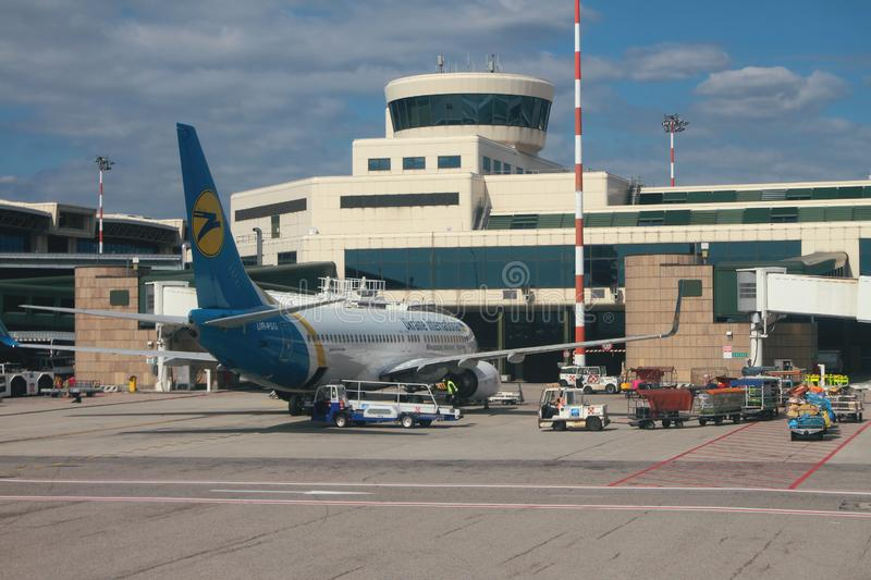 Milan Italien - September 25, 2018: Luftterminal och nivå av 'Ukraine International Airlines ', arkivfoton