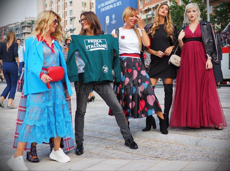 MILAN Italien SEPTEMBER 19: Modeblogger i gatastildräkt royaltyfri foto