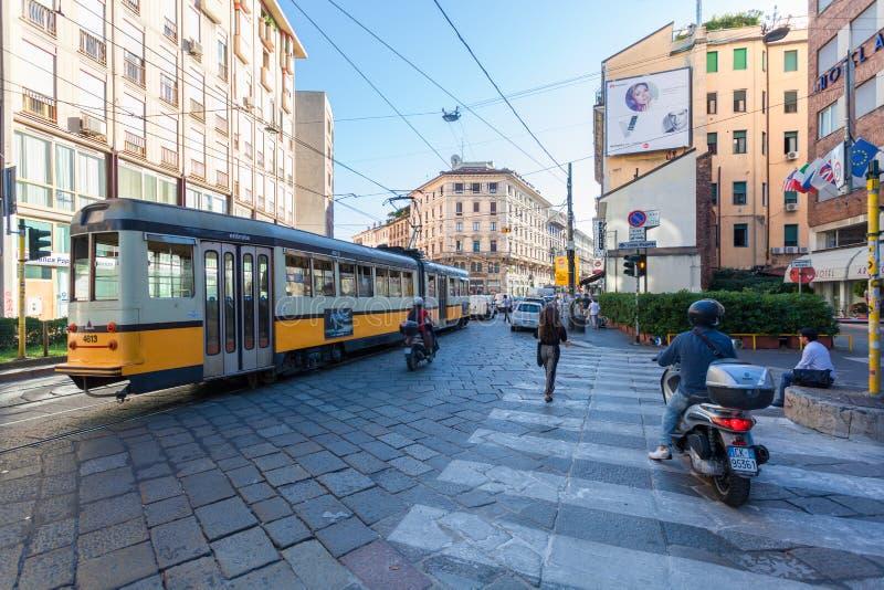 MILAN ITALIEN - September 06, 2016: Starten av trafikstockning med spårvagnen, bilar och sparkcyklar på den Torino gatan via Tori royaltyfria bilder