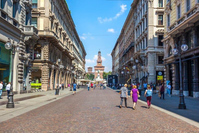 Milan Italien - 25 06 2018: Via den Dante gatan i mitten av royaltyfri fotografi