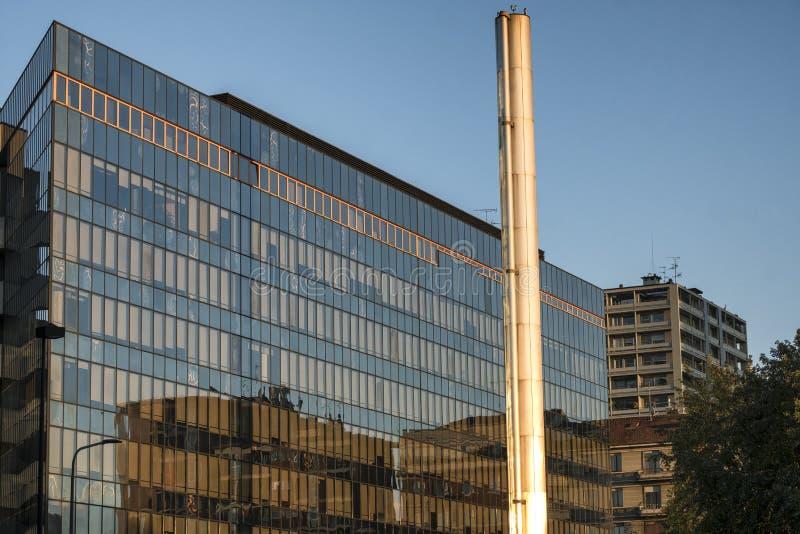 Milan Italy, edificio moderno cerca de Citylife imagen de archivo