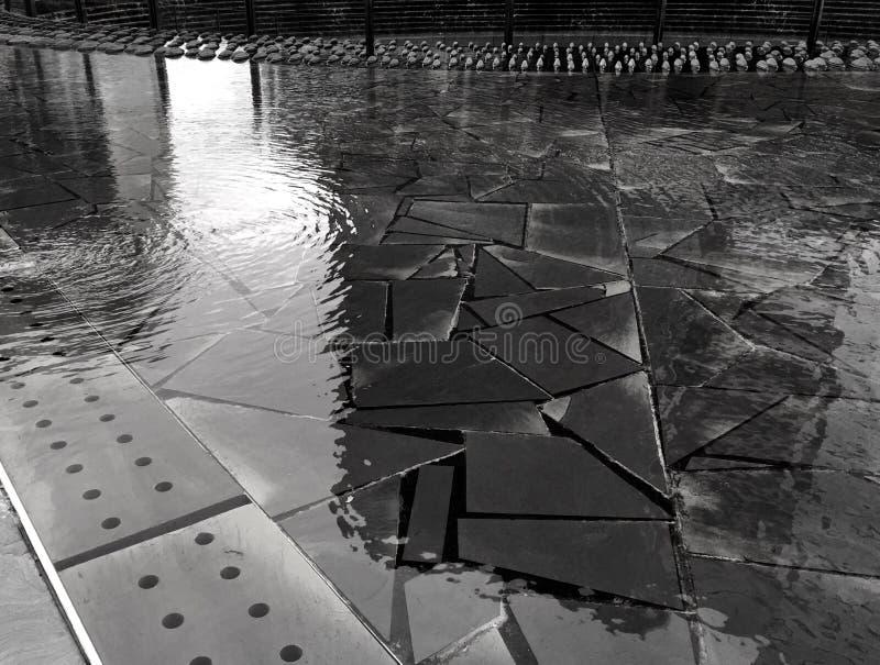 Milan Italy, piscina de la reflexión en el nuevo centro de ciudad fotografía de archivo libre de regalías