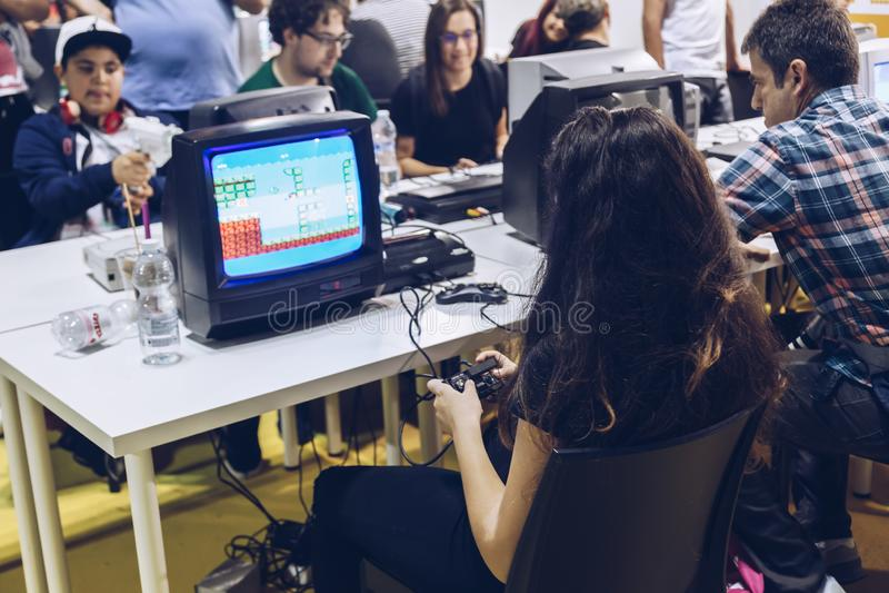 Milan l'ITALIE EN OCTOBRE 2018 - peuples jouant avec le jeu vidéo de cru à la semaine de jeux à Milan (fiera de Rho) image libre de droits