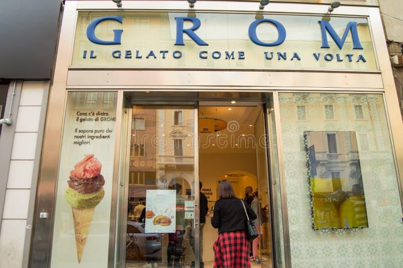Milan, l'Italie Gelateria GROM, le 5 octobre 2018 étalage et entrée en verre au glacier italien photographie stock