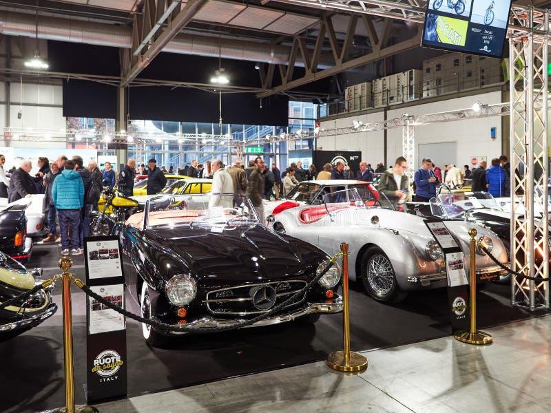 Milan, la Lombardie Italie - 23 novembre 2018 - de gauche à droite, Mercedes 190 SL 1960 et Jaguar XK120 OTS 1951 chez Autoclassi photographie stock libre de droits
