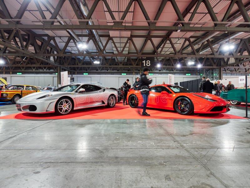 Milan Lombardy Italien - November 23, 2018 - besökare av den Autoclassica Milano upplagan 2018 tar foto på Ferrari 458 royaltyfria foton