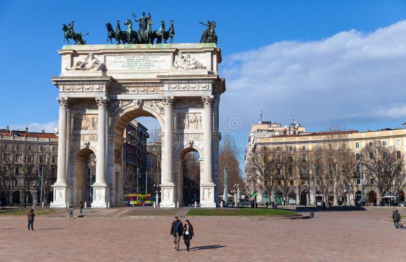 Milan, promenade de personnes près de la voûte triomphale blanche images stock