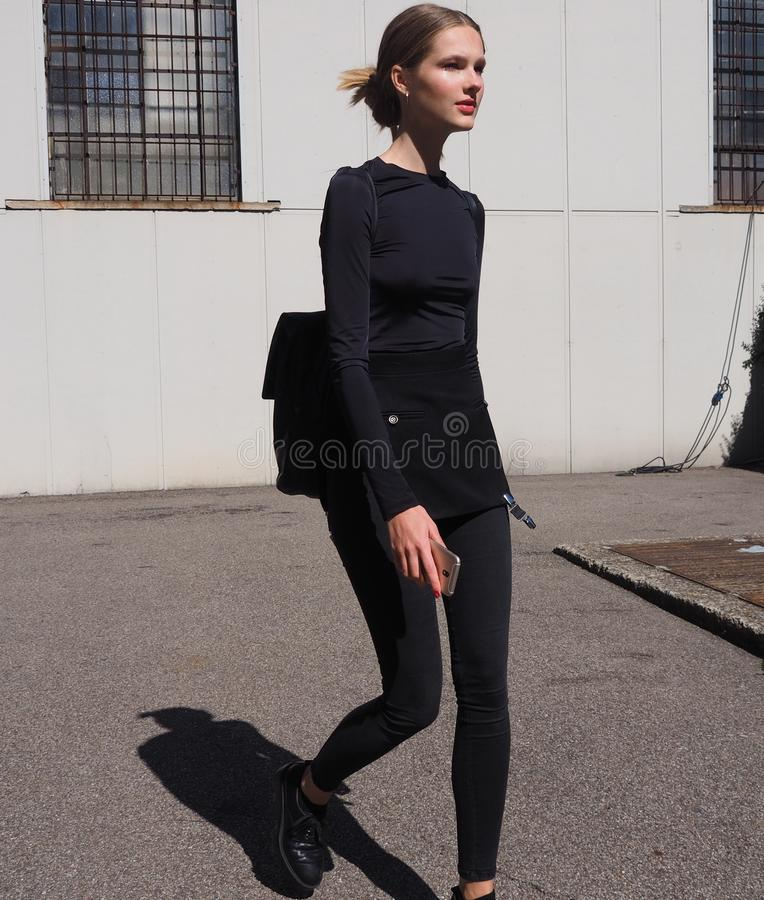 MILAN - 21 SEPTEMBRE : Un jeune modèle marchant après défilé de mode de LES COPAINS, pendant le ressort de Milan Fashion Week/été image libre de droits