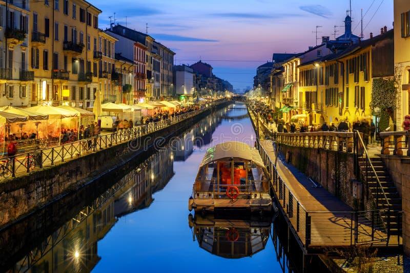 Milan stad, Italien, Naviglo stor kanal i den sena aftonen arkivbilder