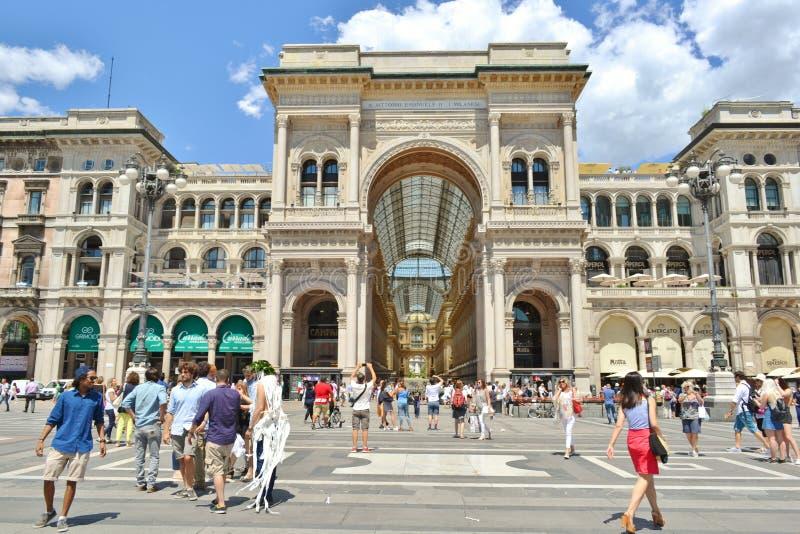 Milan State University firar manliga studenter avläggande av examenhändelsen på Duomofyrkanten royaltyfria foton