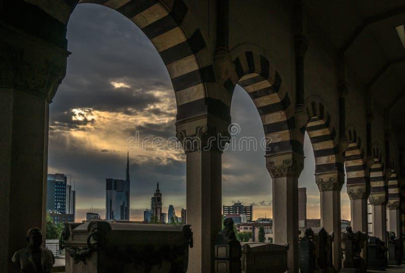 Milano horisontsikt i en molnig dag med episk himmel arkivbild