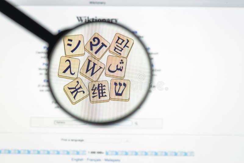 Milano, Italia - 10 agosto 2017: Homepage del sito Web di Wiktionary È un progetto multilingue e del web per creare un contenuto  fotografia stock