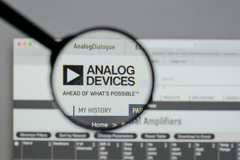 Milano, Italia - 10 agosto 2017: Logo di Analog Devices sul websi fotografie stock libere da diritti