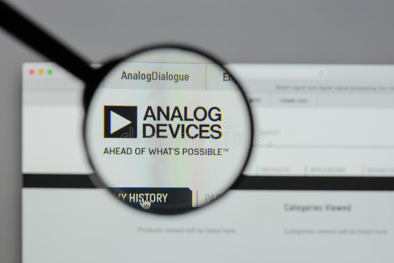 Milano, Italia - 10 agosto 2017: Logo di Analog Devices sul websi fotografie stock