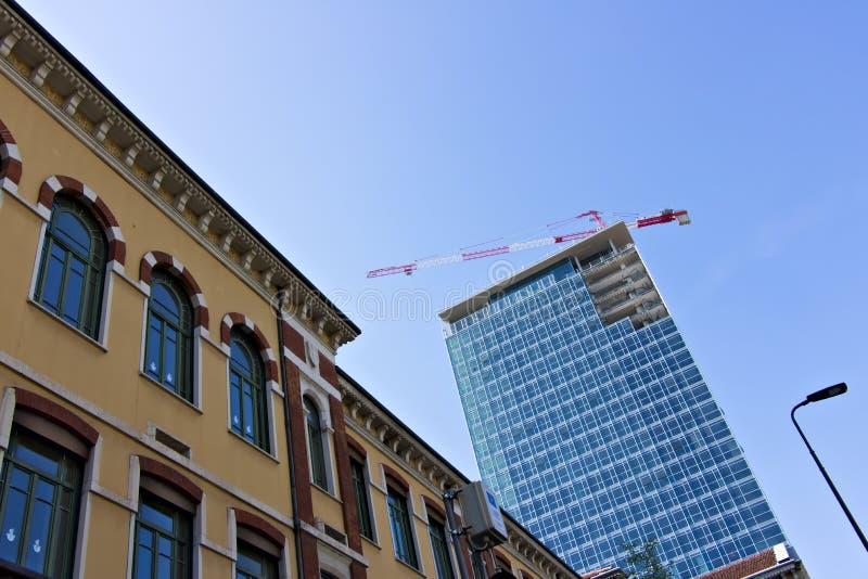 milano Italia, el 21 de marzo de 2019 Renovaci?n de la fachada de una estructura imagenes de archivo