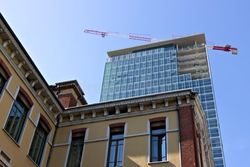 milano Italia, el 21 de marzo de 2019 Renovaci?n de la fachada de una estructura fotos de archivo