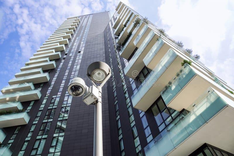 Milano, Italia 22 giugno 2017: Macchina fotografica o sistema di sorveglianza del CCTV di sicurezza nell'edificio per uffici In v immagine stock