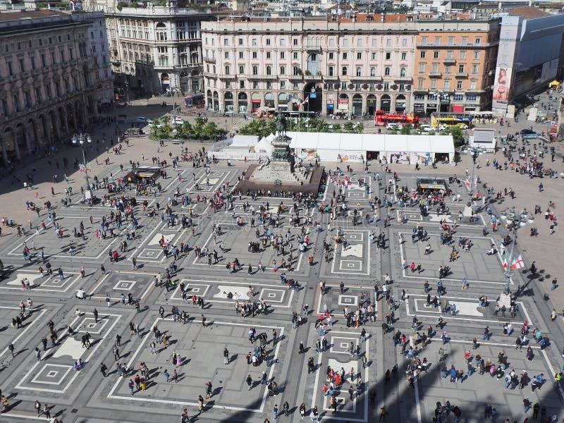 Milano, Italia Il quadrato del duomo visto dal terrazzo sopra il tetto della cattedrale fotografia stock