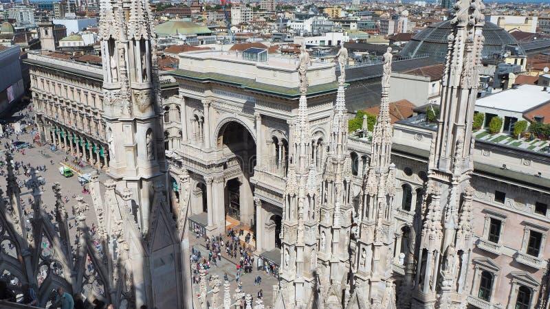Milano, Italia La entrada al centro comercial famoso de Vittorio Emanuele desde arriba del Duomo Los spiers del Duomo en wh foto de archivo