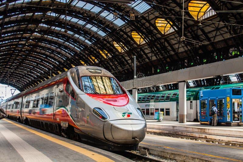 MILANO, ITALIA - 14 LUGLIO 2016 Treno ad alta velocità Trenitalia Frecciarossa, freccia rossa di Milan Central Station immagine stock