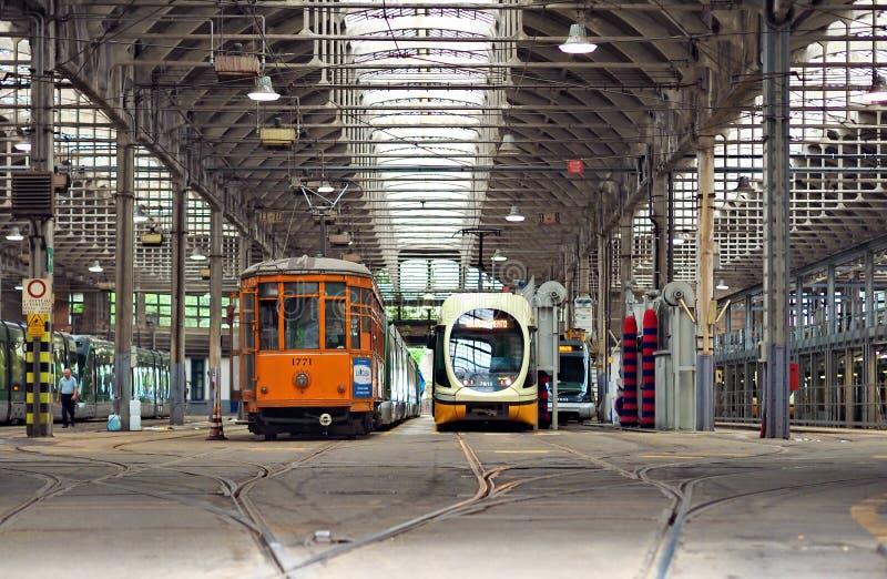 MILANO, ITALIA - 28 MAGGIO 2018: I tram hanno parcheggiato al deposito del tram in Pietro Custodi Street vicino a Porta Ticinese, fotografie stock
