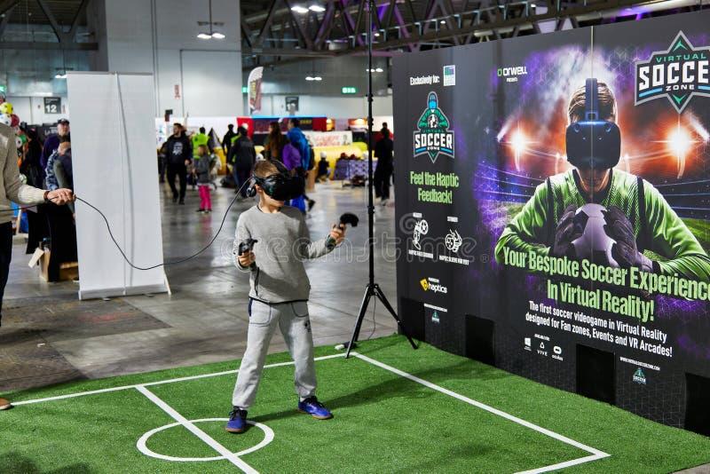 Milano, Italia - 8 marzo 2019 raggiro che comico di Cartoomics un bambino gioca a calcio con la tecnologia di VR immagine stock libera da diritti