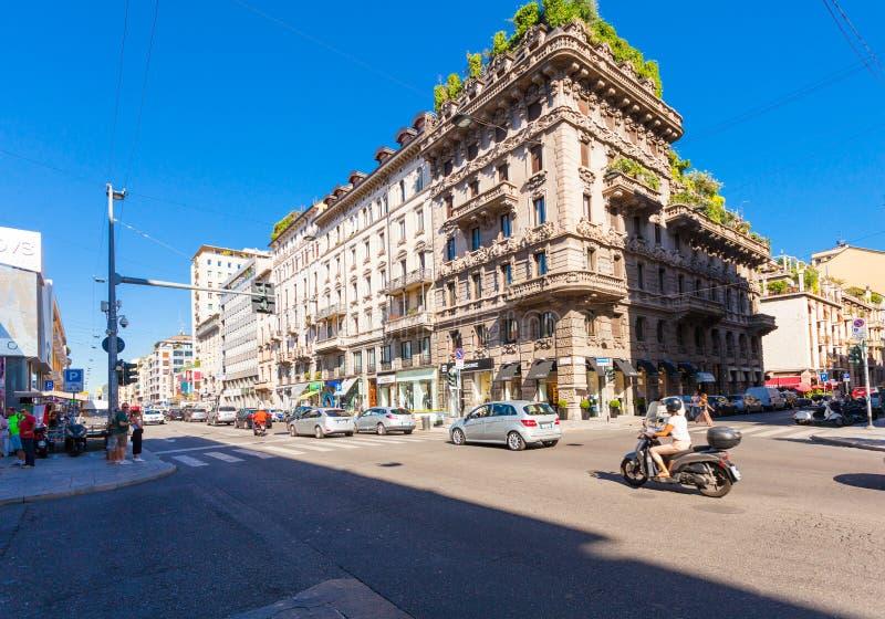 MILANO, ITALIA - 6 settembre 2016: Crossingcrosswalk, automobile pedonale e tram moventi sul viale Buenos Aires Corso Buenos fotografie stock libere da diritti