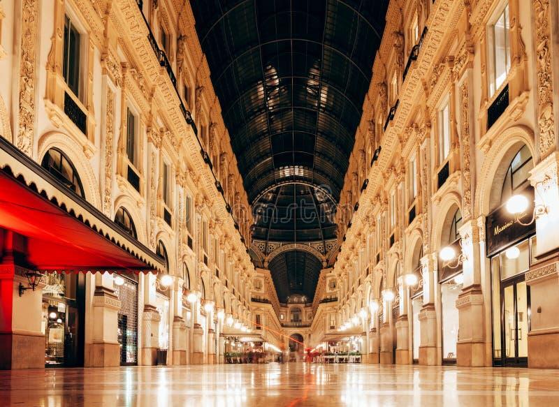 Milano, Italia - 12 settembre 2016: Punto di vista di notte di Milan Vittorio fotografie stock libere da diritti