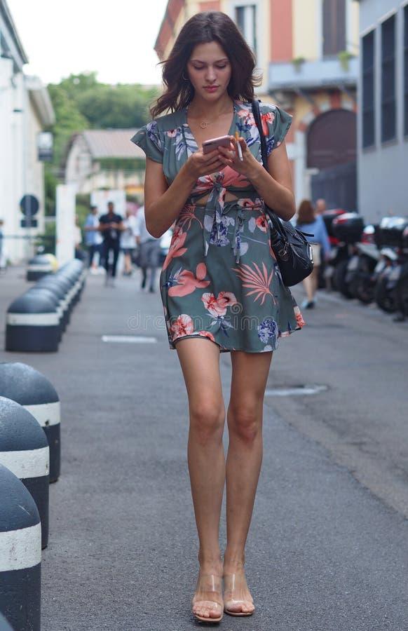 MILANO Italien: 16 Juni 2019: Dräkt för stil för modebloggergata royaltyfria foton