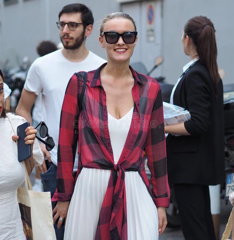 MILANO Italien: 16 Juni 2019: Dräkt för stil för modebloggergata arkivfoto