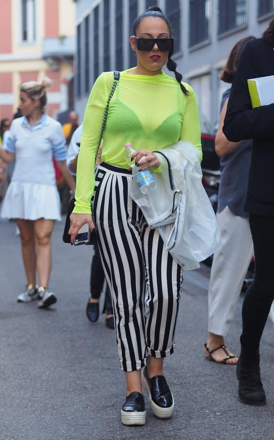 MILANO Italien: 16 Juni 2019: Dräkt för stil för modebloggergata royaltyfri bild