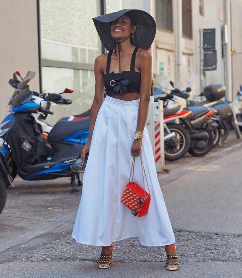 MILANO Italien: 16 Juni 2019: Dräkt för stil för modebloggergata arkivfoton