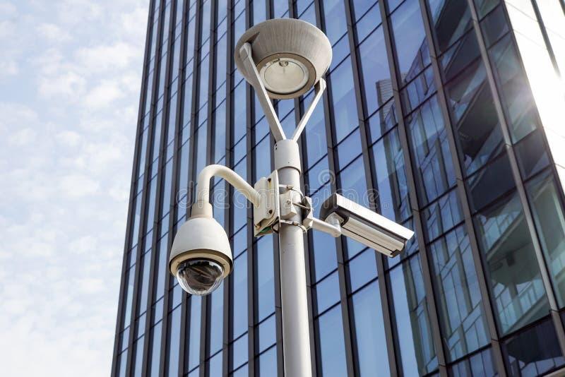 Milano Italien 22 juni 2017: SäkerhetsCCTV-kamera eller bevakningsystem i regeringsställning som bygger I moderna grannskapar det arkivfoto