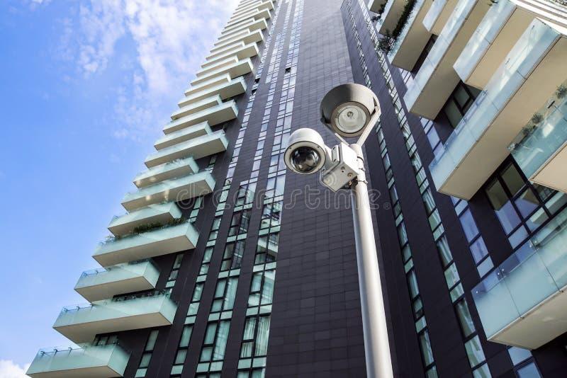Milano Italien 22 juni 2017: SäkerhetsCCTV-kamera eller bevakningsystem i regeringsställning som bygger I moderna grannskapar det royaltyfri fotografi