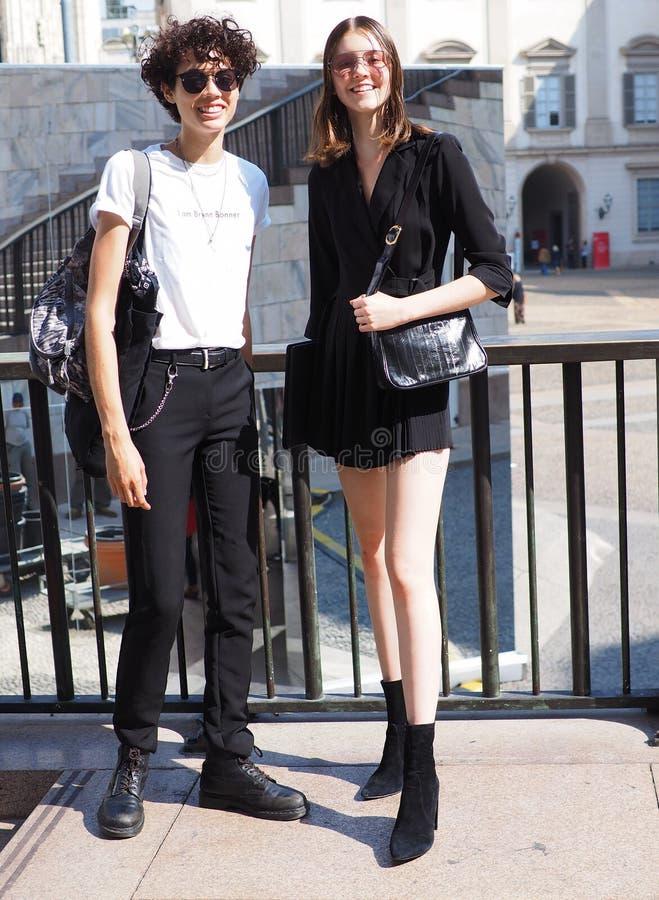 MILANO Italien: September 21, 2018: Unga modeller som poserar för fotografer arkivbild