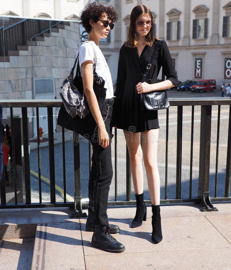 MILANO Italien: September 21, 2018: Unga modeller som poserar för fotografer royaltyfri foto
