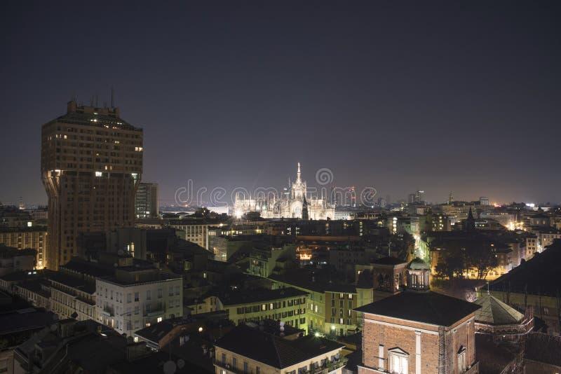 Milano, orizzonte panoramico 2015 di notte immagine stock