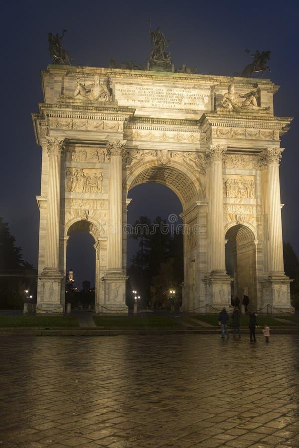 Milano: Passo di della di Arco alla sera fotografia stock