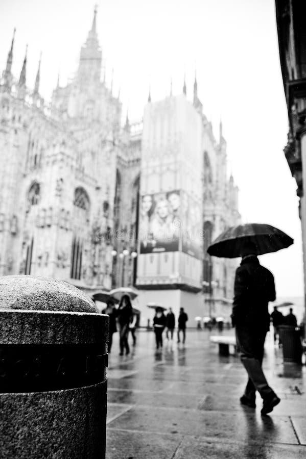 Milano, recorriendo en la lluvia imagen de archivo libre de regalías