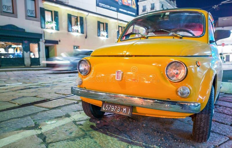 MILANO - 25 SETTEMBRE 2015: Vecchia automobile di Fiat 500 parcheggiata alla notte Fi fotografie stock
