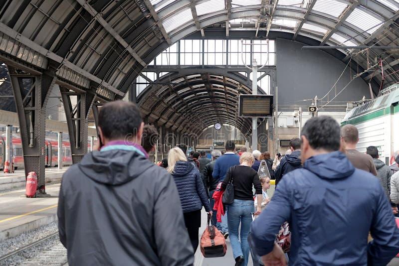 Milano, stazione centrale E Viaggiatori in transito fotografie stock libere da diritti