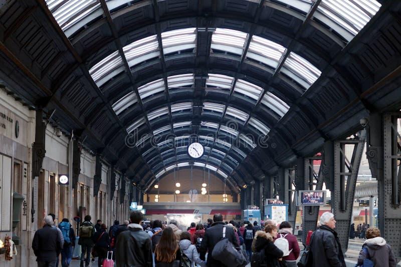 Milano, stazione centrale E Viaggiatori in transito fotografia stock libera da diritti