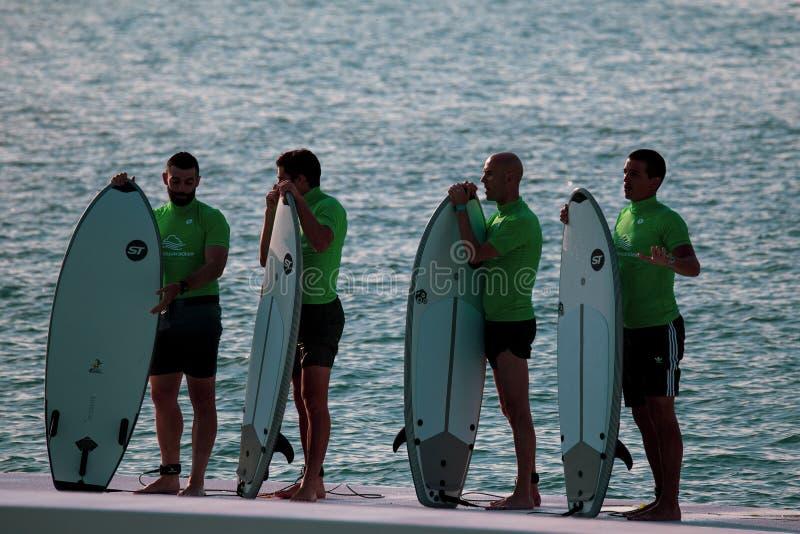 MIlano, Włochy, 20 Czerwiec, 2019/grupa młodzi surfingowowie z kipieli deskami czekać na ich zwrot w Falowym basenie Idroscalo je zdjęcie royalty free