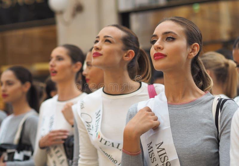 Milano, Włochy: 10 2018 Wrzesień: Chybienie Italia modele pozuje w Vittorio Emanulee II fotografia stock