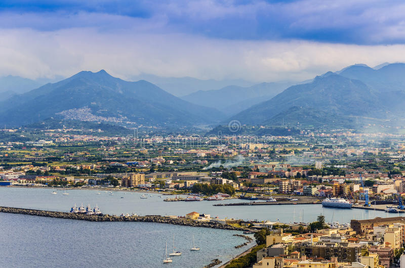 milazzo和西西里人的山口岸的全景  库存照片