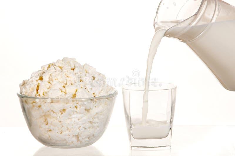 Milch in einem Glas. Weiß. stockfotos