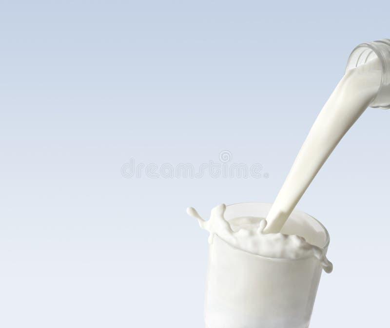 Milch-Glas lizenzfreies stockbild