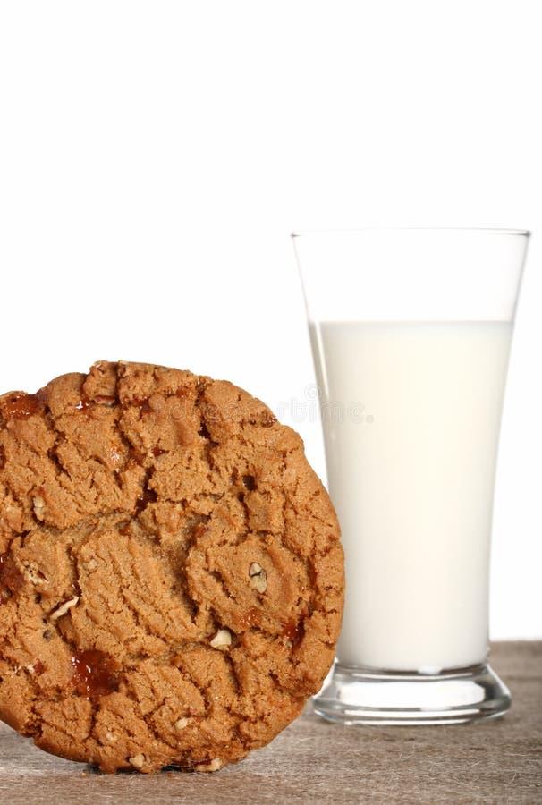MILCH-Glas mit Toffeepekannuß PLÄTZCHEN stockbilder